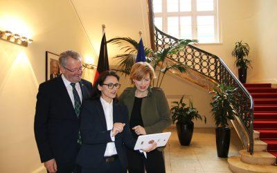 Ministerin Klöckner übergibt Förderbescheid für digitales Mobilitätsprojekt in Schäftersheim